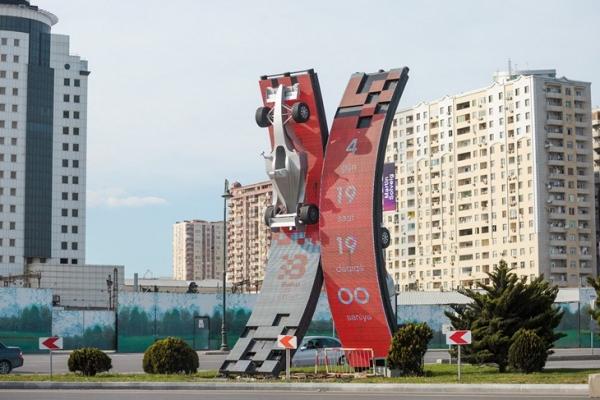 «Формула-1» приехала в Баку. Гонщиков встретили «Запорожцы» и ковры с Лениным