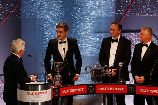 Пилотам «Формулы-1» вручают трофеи не только за победы